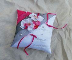 Coussin mariage porte alliance gris et rose fuchsia décor d'orchidée, perles, gouttes personnalisé