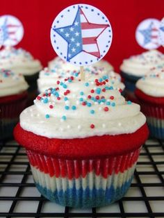 America The Beautiful Cupcake!--These are cute, fun and are very Americana. Kids love them, adults love them and they'd be a hit at your of July celebration. Or make them in any color combo you like or just plain vanilla. They're very tasty either way. Buttermilk Cupcakes, Vanilla Cupcakes, Blue Cupcakes, Rainbow Cupcakes, Fun Desserts, Dessert Recipes, America Cake, Vanilla Bean Frosting, Patriotic Cupcakes