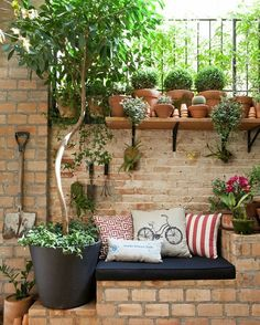 Sitting in the garden: 11 ideas for a small relaxation corner Garden guide - Clementina - dec. - Sitting in the garden: 11 ideas for a small relaxation corner Garden guide – Clementina – decor - Vertical Gardens, Small Gardens, Outdoor Gardens, Vertical Planter, Small Courtyard Gardens, Backyard Seating, Small Backyard Landscaping, Backyard Ideas, Landscaping Ideas