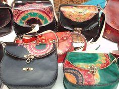 Carteras  de cuero, cinceladas y con tecnicas de teñido artesanal.