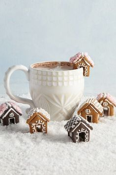 You Need to Be Adding Mini Gingerbread Houses to Your Hot Ch .- You Need to Be Adding Mini Gingerbread Houses to Your Hot Chocolate Sweet gingerbread houses as an edible table decoration - Christmas Gingerbread House, Noel Christmas, Christmas Goodies, Christmas Desserts, Christmas Treats, Holiday Treats, Holiday Recipes, Gingerbread Cookies, Holiday Cookies