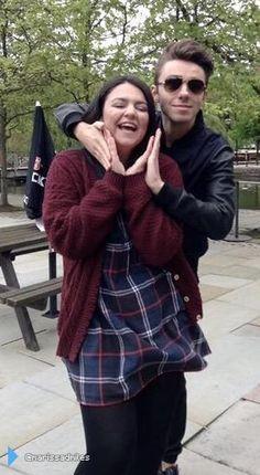 Nathan com fã (@marissadmiles) durante sua radio tour na Inglaterra. (20 mai.)