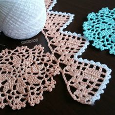 No photo description available. Crochet Shawl, Crochet Doilies, Crochet Flowers, Crochet Lace, Crochet Boarders, Crochet Patterns, Crotchet, Sewing Crafts, Diy And Crafts