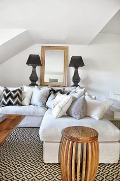 CHIC COASTAL LIVING: Happy Weekend & Chic Beach Retreat. Black and white with warm wood