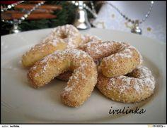 Z uvedených surovin vypracujeme vláčné těsto, které necháme do druhého dne odpočinout v lednici. Pak z těsta tvarujeme rohlíčky, které upečeme v... Onion Rings, Sweet Desserts, Bagel, Christmas Cookies, Doughnut, Sausage, French Toast, Food And Drink, Sweets