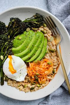 This savoury kimchi oatmeal is a delicious vegetarian meal that can be enjoyed for breakfast, lunch, or dinner. Easy, healthy & ready in under Healthy Egg Recipes, Tasty Vegetarian Recipes, Healthy Salads, Lunch Recipes, Whole Food Recipes, Rolled Oats Nutrition, Roasted Radishes, Sauteed Vegetables, Vegetarian Food
