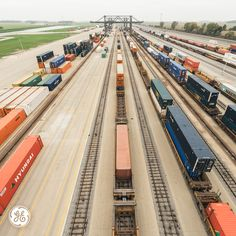 CSX has the largest railroad in the eastern United States and serves 40 Intermodal terminals across its network! Escala Ho, Csx Transportation, Rituals Set, N Scale Trains, Railroad Pictures, General Electric, Ho Scale, Model Trains, Change The World