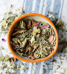 Grab a blanket and sit by the fire as you steep this light Island Bliss herbal tea in your favorite mug — you'll have a hard time not feelin' downright cozy. With a floral scent, this lemongrass herbal tea is a great alternative to your usual cup o' joe.