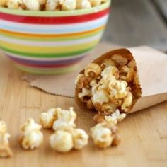 Peanut Butter Popcorn {a sweet treat!} - - This peanut butter popcorn is perfect for the peanut lover in your life. A great blend of salty and sweet all in one fantastic popcorn snack. Peanut Butter Cups, Peanut Butter Popcorn, Flavored Popcorn, Peanut Butter Desserts, Popcorn Recipes, Snack Recipes, Dessert Recipes, Honey Popcorn, Popcorn Snacks