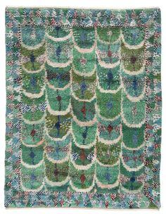 """MARIANNE RICHTER, MATTA. """"Fjädern, grön"""". Rya. 253 x 191 cm. Signerad AB MMF MR. (AB Märta Måås-Fjetterström, Marianne Richter). Komponerad 1947. Ställvis slitage, smutsig, fläckar. Kortsidorna med smärre skador, skadade fransar, många saknas. Rya Rug, Stencil Fabric, Latch Hook Rugs, Swedish Weaving, Cool Rugs, Weaving Techniques, Rug Hooking, Soft Furnishings, Textures Patterns"""