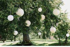 White papier honeycombs in a tree.  Witte papieren honeycombs in een boom.  #honeycomb #lampionnen #weddinginspiration #weddingplanning #weddingideas #styling #huwelijk #bruiloft #outdoorwedding #gardenwedding #tuinfeest #boom #party #decoratie #decoration #wedding #pompoms Alveoles, Hochzeit dekoration, hangende lantaarns Paper lanterns Bruiloftsborden Lanternes en papier, Fete de mariage