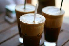 The Greek Frappe: 1 1/2 tsp instant coffee, 1 1/2 cups cold water, Sugar to taste, Milk,  Ice.  Shaker or Blender   ----- Kreetalainen jääkahvi   1,5 dl vettä 2 rkl pikakahvia (paras mielestäni Nescafe kulta keskipaahto) 2 rkl sokeria 2 dl maitoa jäitä  Sekoita sauvasekoittimella vesi ja pikakahvi, noin 1 minuutti, jotta kahvi on vaahtoavaa. Kaada kahvi pitkään lasiin, lisää sokeri, maito ja jääpalat. Uskomattoman virkistävä ja piristävä kahvijuoma on valmis.