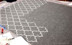 DIY On the Cheap: How to Stencil a Rug {on the cheap}. Walmart cheapie and a stencil and you have a pseudo expensive rug. Home Crafts, Diy Home Decor, Diy And Crafts, Arts And Crafts, Diy Projects To Try, Home Projects, Craft Projects, Tapetes Diy, Inexpensive Rugs