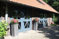 Pflanzkübel rechteckig BLOCK aus Beton im Kiesbeet vorm Hauseingang. Weitere Pflanzkübel aus Beton finden Sie unter https://www.vivanno.de/pflanzkuebel/materialien/beton/ #Pflanzkübel #Beton