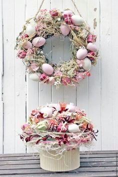 Ideas For Craft Easter Wreath Deco Mesh Diy Spring Wreath, Spring Crafts, Basket Flower Arrangements, Floral Arrangements, Diy Ostern, Diy Easter Decorations, Easter Holidays, Easter Wreaths, Easter Baskets