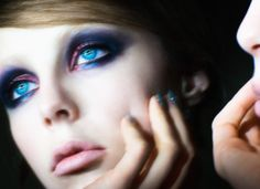 The Vamp Look with Marc Jacobs Beauty - Edie Campbell wears Marc Jacobs Beauty The Vamp Style Eye-Con No.7. Read more on the Glossy! #Sephora