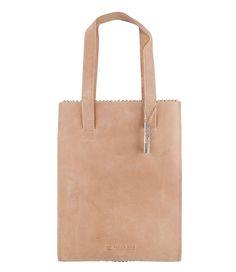 De My Paper Bag Long Handle is een casual chique model met een tijdloos design. De tas is vervaardigd van 100% ecologisch gelooid buffelleer en fair-trade geproduceerd. De tas blijft mooi in vorm door het stevige leer en de verstevigde bodem die wordt meegeleverd. Gebruik de tas als handtas of als schoudertas. De tassen van Good For All worden geleverd in een katoenen tas. Meer weten over het verschil tussen de verschillende modellen van MYOMY? Klik hier.