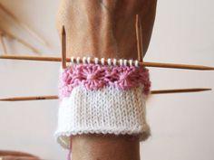 kukkaraita eli venäläinen pitsikukka Tutoril in Finnish Knitting Videos, Knitting Charts, Knitting Stitches, Free Knitting, Baby Knitting, Knitting Patterns, Knit Mittens, Knitted Blankets, Knitting Socks
