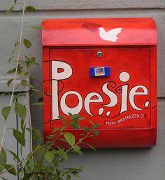 An den Poesiebriefkasten kann jeder, der will, seine eigenen oder seine Lieblingsgedichte hinschicken. Er hat eine richtige Postanschrift: Poesie-Briefkasten, Hans-Miellich-Platz , 81539 München