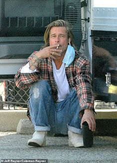 'He was there between three and four hours and he would only stop every hour or so to have... Black Flannel Shirt, Red And Black Flannel, Brad Pitt Style, Bradd Pitt, Brad Pitt Hair, Emilia Clarke Hot, Portrait Photography Men, Best Supporting Actor, Ideal Man