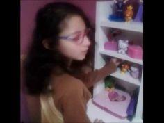 Belén enseña sus juguetes