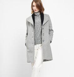 Manteau Margot Marilyne Baril 579.00 $  Margot est un manteau en lainage avec un double col en tricot côtelé. Il a une fermeture avant à simple boutonnage et des poches dans les coutures aux hanches. Son melton est fabriqué au Québec.  80% laine 20% nylon Doublure imprimée Créé et fabriqué à Montréal  Ce modèle est offert en juste-à-temps Nylons, Couture, Duster Coat, Normcore, Collection, Knitting, Jackets, Outfits, Clothes