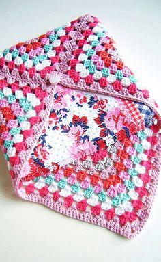 Je vous propose aujourd'hui des modèles gratuits au crochet spécial granny square , des projets faciles à faire avec juste un carré ou quelques carrés au crochet je vous laisse voir Voici une pochette enveloppe fait avec un seul carré au crochet La pochette...