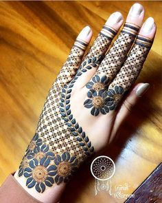 Flower Glitters Mehndi Design Mehndi henna designs are always searchable by Pakistani women and girls. Women, girls and also kids apply henna on their hands, feet and also on neck to look more gorgeous and traditional. Finger Henna Designs, Mehndi Designs 2018, Mehndi Designs For Girls, Mehndi Designs For Beginners, Mehndi Design Photos, Dulhan Mehndi Designs, Unique Mehndi Designs, Mehndi Designs For Fingers, Beautiful Mehndi Design