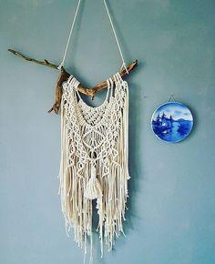 Wat een prachtige tak!😍😍 #macrame #macrameart #modernmacrame #macramewallhanger #wallhanging #wallarts #handmade #handmadeinamsterdam #design #designbyme #unique #apart #originalart # #homedesign #livingroomdesign #stoerwonen #boho #bohemian #bohemianstyle #vintagestyle #wiewilditnouniet #tak #twig