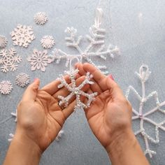 PIPE CLEANER SNOWFLAKES - love that all you need to make these ornaments are pipe cleaners! You can make so many different designs! Such an easy Christmas craft for kids too. Crafts with pipe cleaners Pipe Cleaner Snowflakes Easy Christmas Crafts, Diy Christmas Ornaments, Christmas Projects, Kids Christmas, Making Christmas Decorations, Christmas Crafts For Kids To Make At School, Frozen Party Decorations, Christmas Videos, Christmas Gifts