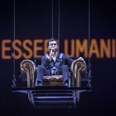 Marco Mengoni sospeso in aria sul palco (Foto De Sandre)