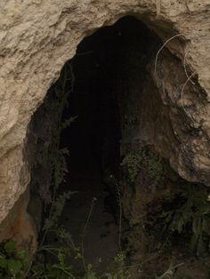 acceso esculpido al manantial que suministraba el agua a la cisterna
