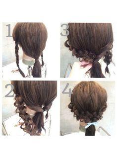 ①両サイドの髪を三つ編み、後ろは一つ結び ②三つ編みを緩める。後ろはクルリンパ ③クルリンパの中に三つ編みを通す。逆も同じ。 ④飾りのゴムで全部一緒に結んで、後頭部を少しつまんだら完成。三つ編みを結んでるゴムが見えるときは、外してくださいね