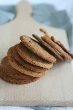 Gezonde zandkoekjes van speltbloem, gedecoreerd met noten, rozijnen en chocolade. www.lekkeretenmetlinda.nl
