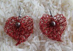 Brincos coração em arame vermelho trabalhado em crochet-Artesã Portuguesa- Ana Love Craft: CROCHET DE ARAME S.VALENTIM-VALENTINE'S WIRE CROCHETING Crochet Metal, Wire Wrapping Tutorial, Crochet Earrings, Crochet Jewellery, Love Craft, Jewelry Making Tutorials, Wire Jewelry, Belly Button Rings, Valentines