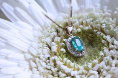 La mejor selección para esta Primavera. Hermoso dije de oro 14k con esmeralda y finos diamantes. | Conoce más en www.facebook.com/joyeriagn