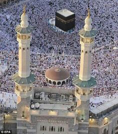 This was the scene at the Grand Mosque in Mecca, the birthplace of Islam, as Muslims around the world celebrated Ramadan. Mecca Madinah, Mecca Masjid, Masjid Al Haram, Mecca Wallpaper, Islamic Wallpaper, Islamic Images, Islamic Pictures, Medina Mosque, Wallpapers En Hd