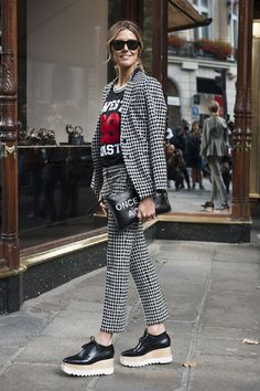 Perfect Match – alege un model cu un imprimeu geometric si o pereche de pantaloni similari. Combina acest ansamblu cu un tricou si cu o pereche de pantofi cu platforma! - Elle.ro