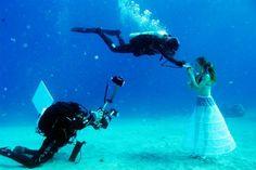 Un concurso de fotografía submarina en el Mar Rojo, en Eilat, ha dado imágenes como ésta, en la que el fotógrafo israelí Johannes Felten retrata a una modelo a 20 m de profundidad. La competición ha estado dividida en categorías como 'Pez y moda'.