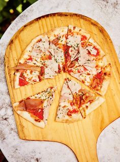 Meat Lover's Pizza This easy homemade recipe is the best pizza dough you'll ever try! Meat Pizza, Meat Lovers Pizza, Wheat Pizza Dough, Whole Wheat Pizza, Best Homemade Pizza, Easy Homemade Recipes, Pain Pizza, Ricardo Recipe, Thin Crust Pizza