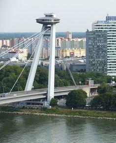 Bratislava: wat doet de vliegende schotel op de brug in Bratislava? Lees het snel | Mooistestedentrips.nl Bratislava, Europe Travel Tips, Travel Guides, Highlights, Story Of My Life, Brooklyn Bridge, Countries, Traveling, Around The Worlds