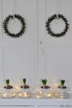simple christmas wreaths on white walls Danish Christmas, Nordic Christmas, Noel Christmas, Little Christmas, All Things Christmas, Winter Christmas, Vintage Christmas, Christmas Wreaths, Christmas Crafts