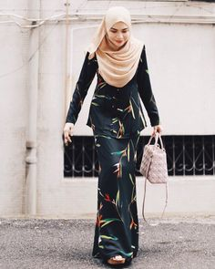 Abaya Fashion, Muslim Fashion, Fashion Dresses, Fashion Clothes, Ways To Tie Scarves, Kebaya Dress, Casual Hijab Outfit, Mode Hijab, Traditional Outfits