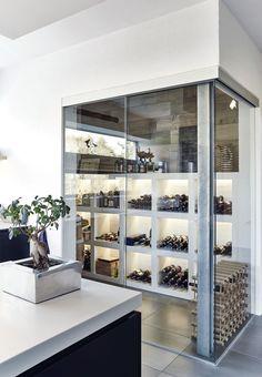 Bjarne Haulrik har grundlagt et firma, som blandt andet laver vinduer. Det er derfor ikke underligt, at store glasflader og masser af lysindfald var vigtige elementer, da han tegnede sit hus ved Uhre Sø i Holstebro.