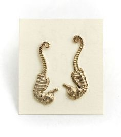 !!!!!!!!!!!!!!!!!!!!!! super want. Seahorse Studs - gold.