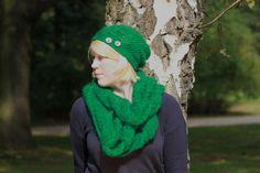 Loop in einem in einem kräftigem grün. Schön warm und super für den Herbst und Winter. Wer auch eine Mütze dazu haben möchte - im Shop auf Dawanda findet ihr die passende dazu.
