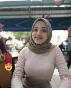 Arab Girls Hijab, Girl Hijab, Casual Hijab Outfit, Hijab Chic, Beautiful Muslim Women, Beautiful Hijab, Hijab Fashionista, Muslim Women Fashion, Beautiful Japanese Girl