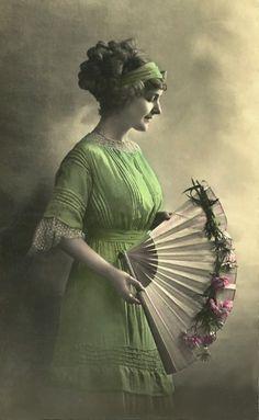 Love the vintage look - woman with fan. Antique Fans, Vintage Fans, Vintage Ladies, Vintage Photographs, Vintage Images, Fan Language, Vintage Beauty, Vintage Fashion, Hand Held Fan