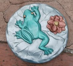 stepping stone frog painted concrete Painted Stepping Stones, Painted Pavers, Hand Painted Rocks, Painting Concrete, Paving Stones, Love Painting, Pebble Art, Stone Art, Frogs