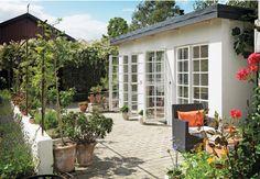 Ute fast inne! Med ett orangeri med glasdörrar från golv till tak blir möjligheterna fler. Wow - vill ha!